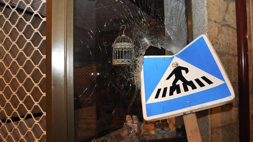 Una colisión múltiple causa daños materiales y en el mobiliario en la calle Alcalde Ferreiro