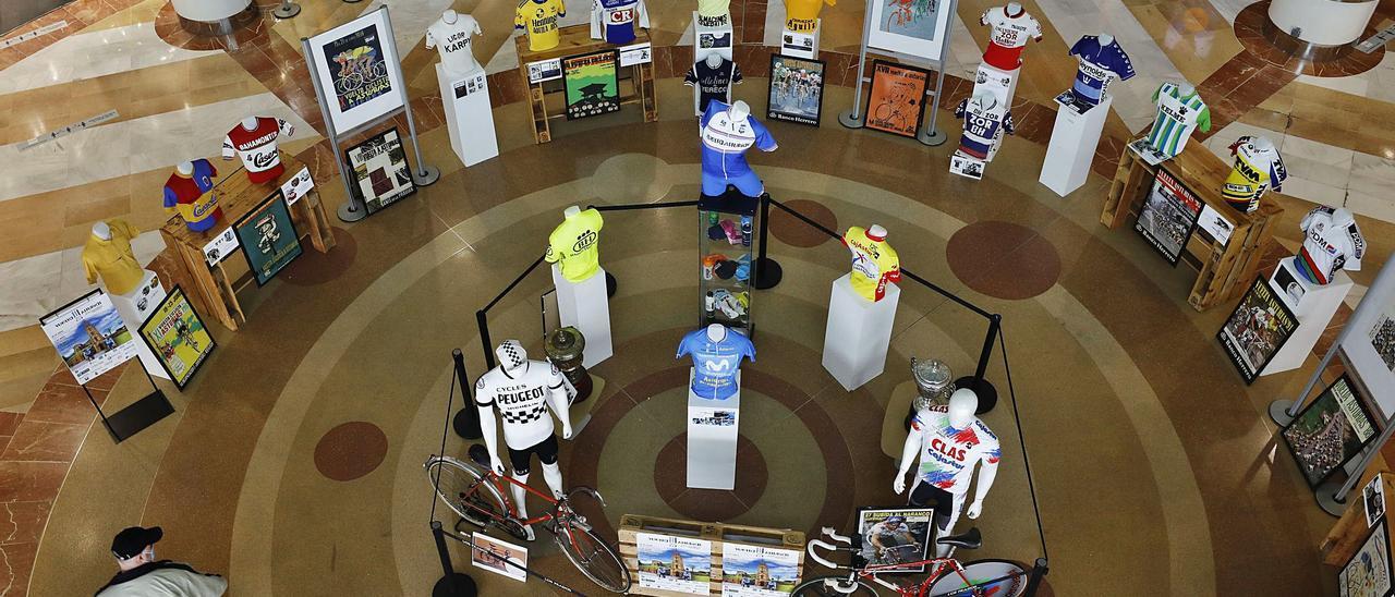 Exposición del material de la  Vuelta a Asturias que puede visitarse en el centro comercial Los Prados de Oviedo. | |  LUISMA MURIAS