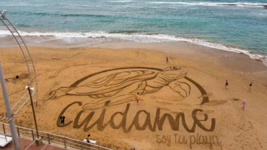 Dibujan una gran tortuga en la arena de Las Canteras por el inicio del verano
