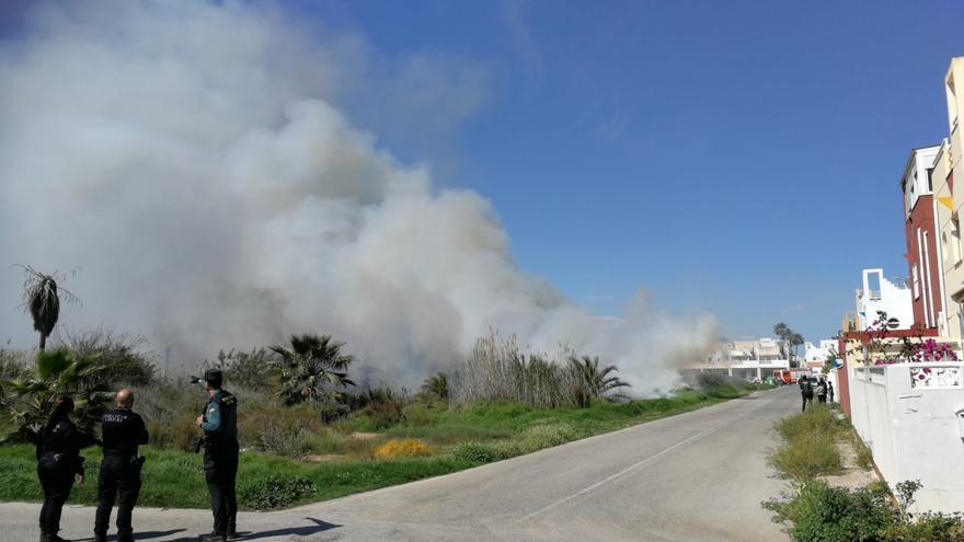 Incendio en la orilla noreste de la laguna de Torrevieja junto a la urbanización Lagosal