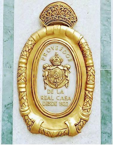 El emblema de la fachada de la joyería Ramón Fernández, proveedor oficial de la Casa Real.