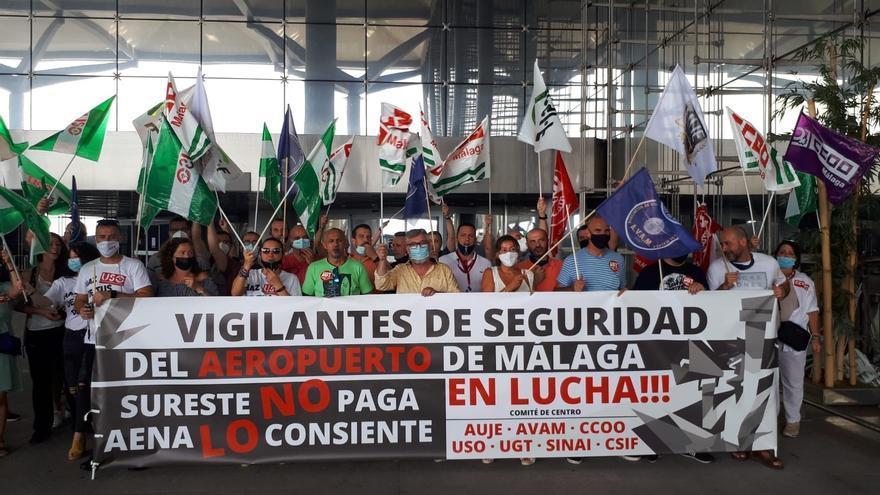 """Vigilantes de seguridad del aeropuerto inician una huelga este jueves por """"incumplimientos"""" de la concesionaria"""