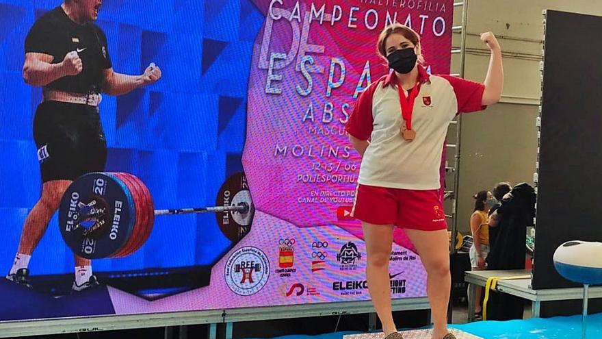 Clara Sánchez hace historia en la halterofilia regional