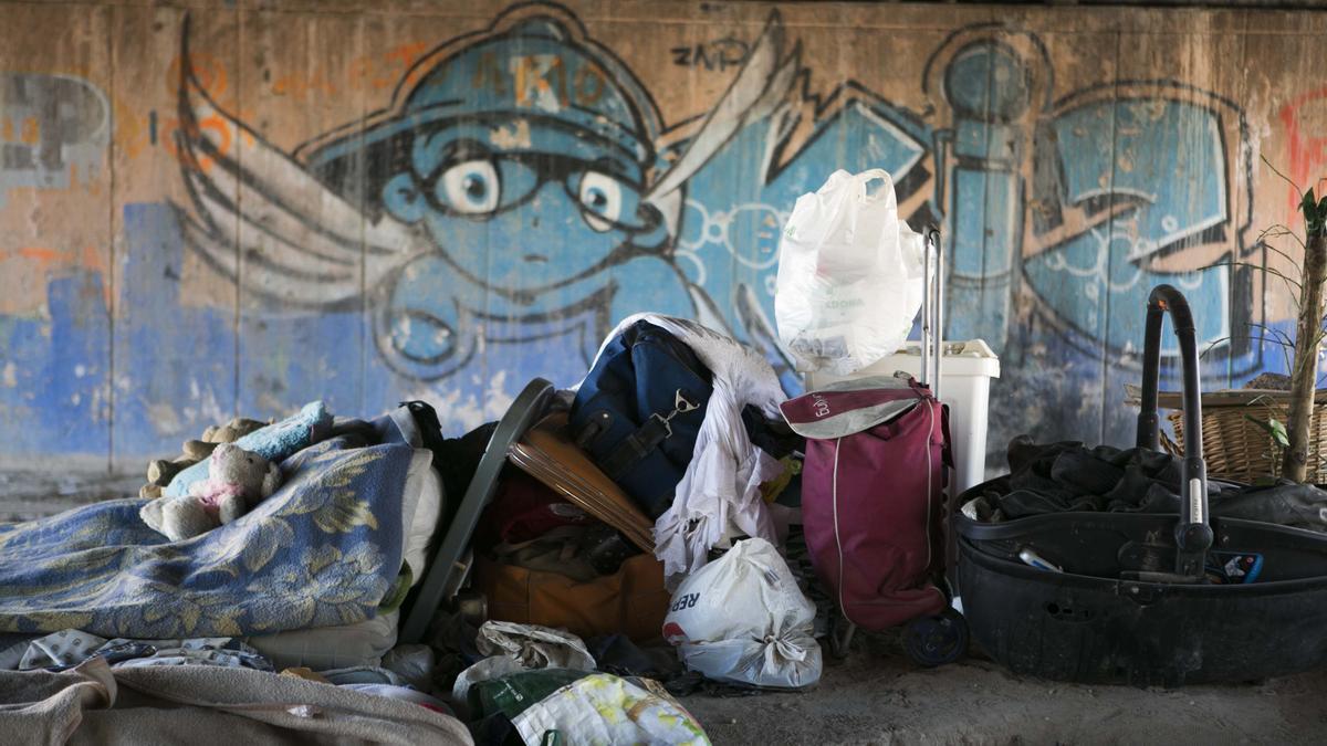 Personas sin hogar junto al centro de acogida de Alicante