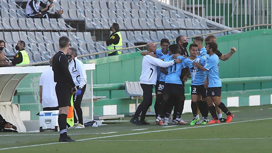 Los jugadores de la Balompedica Linense celebran un gol.jpeg
