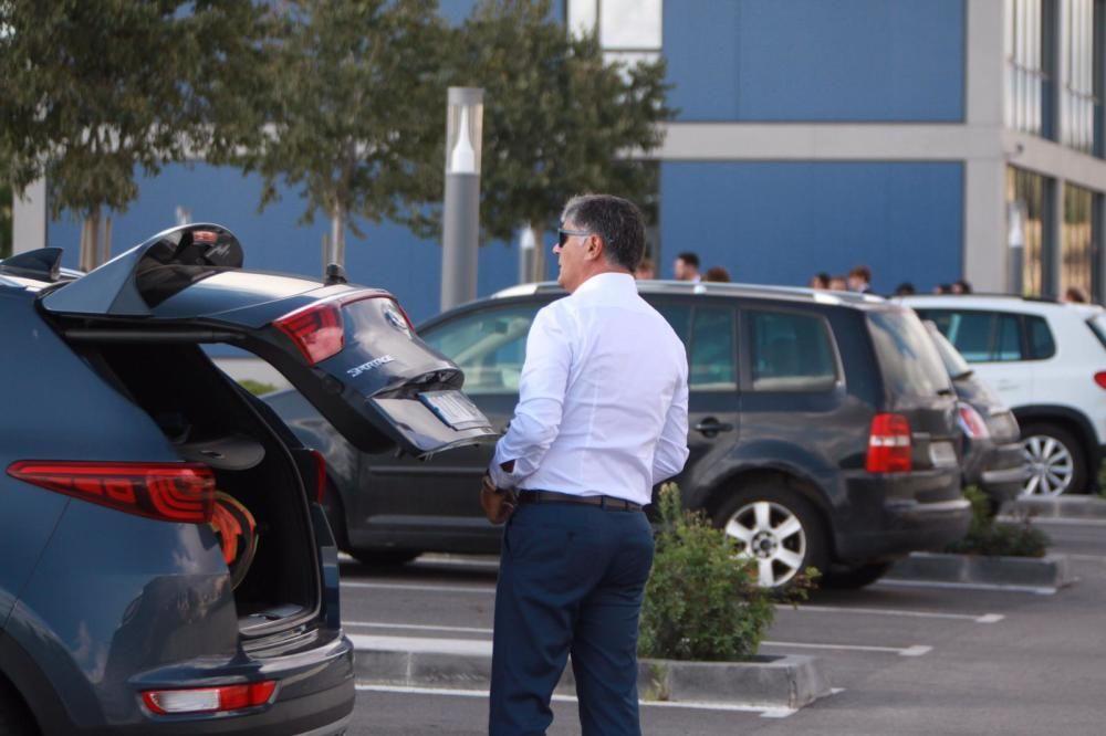 Los familiares de Rafa Nadal, entre ellos sus tios Toni y Miquel Àngel Nadal, saliendo de Manacor.