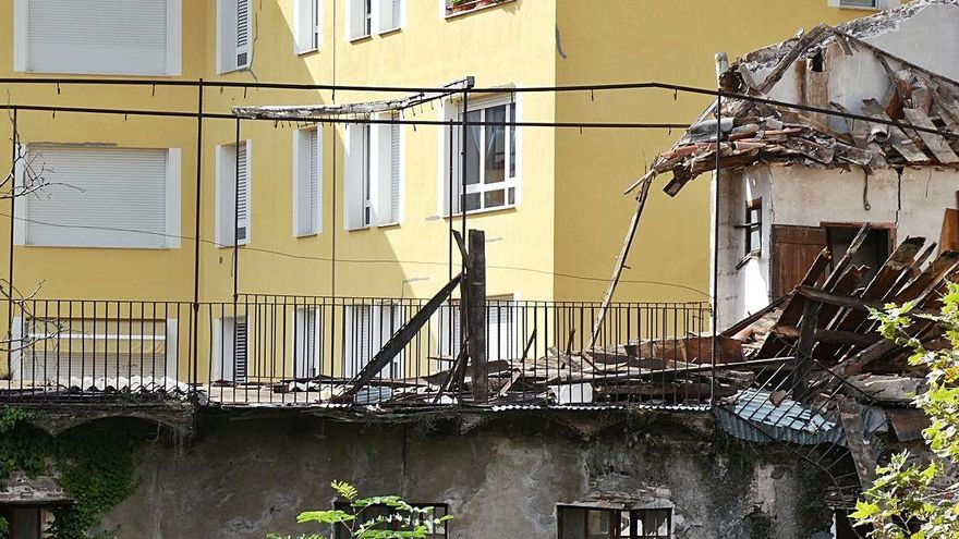 S'enfonsa la teulada d'una fusteria abandonada a la plaça de la Lliçà d'Olot