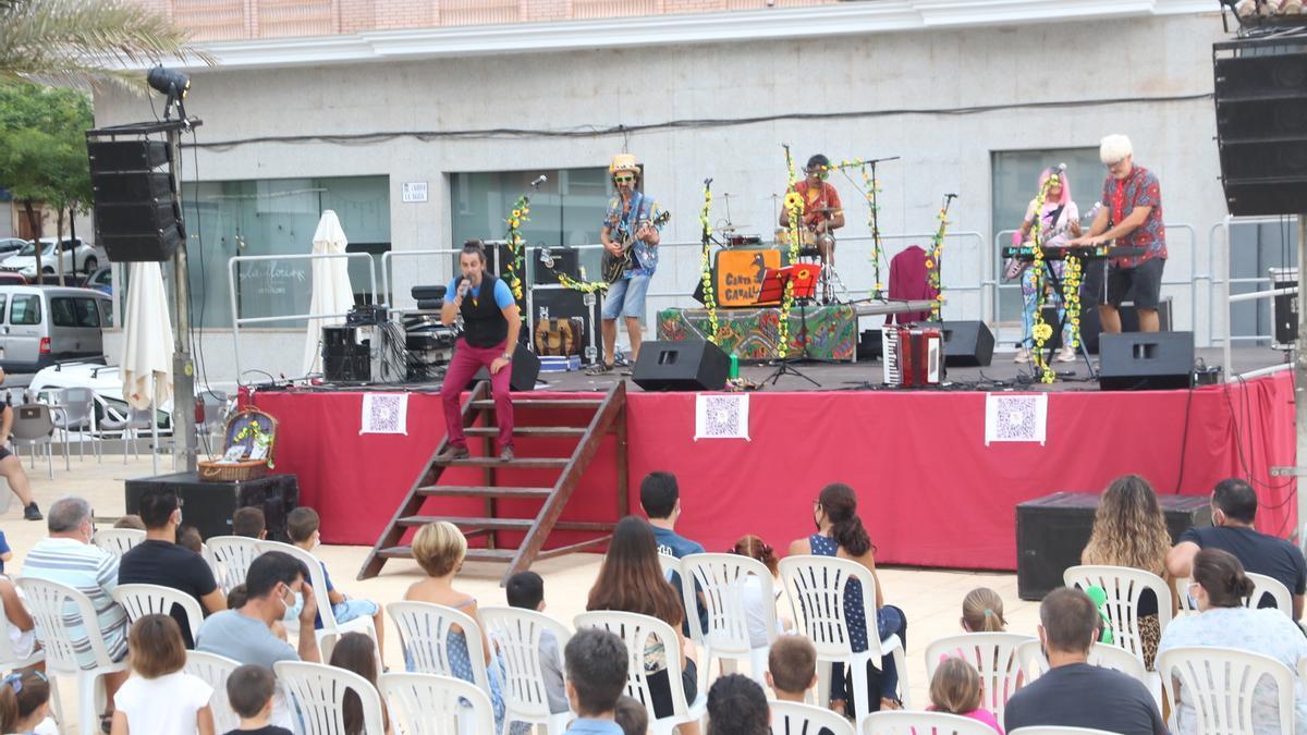El buen rollo de Canta Canalla contó ayer con una alta asistencia en la plaza del Ayuntamiento de l'Alcora.