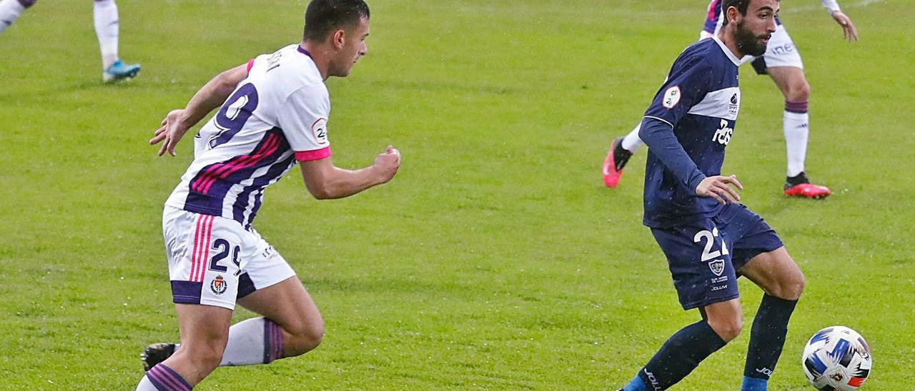 El jugador del Marino Chiqui, con el balón, presionado por Castri, del Valladolid Promesas.   Mara Villamuza