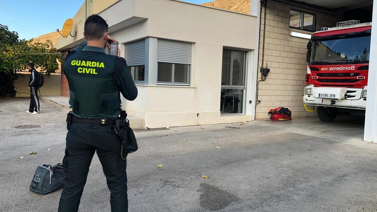 Un agente tomando imágenes esta mañana en el parque de bomberos de Villena tras el ataque sufrido de madrugada.