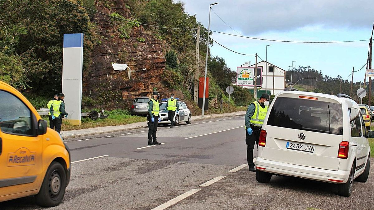 Agentes de la Guardia Civil de Tráfico, durante un control a la salida de Vegadeo. | T. C.