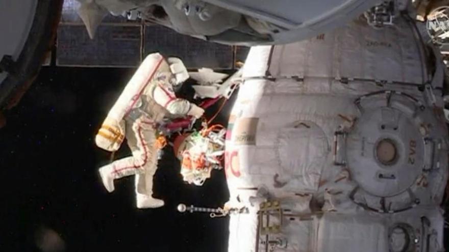Dos cosmonautas rusos saldan con éxito una caminata espacial de casi ocho horas