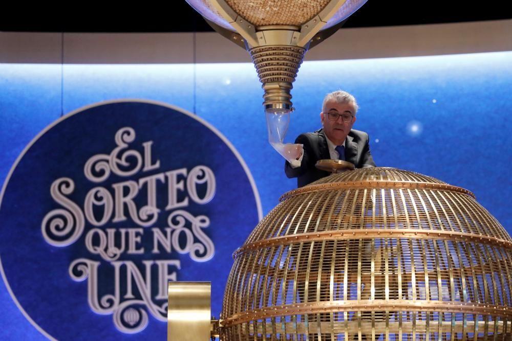 Preparativos en el Teatro Real, que ha acogido en su escenario un año más el Sorteo Extraordinario de la Lotería de Navidad.