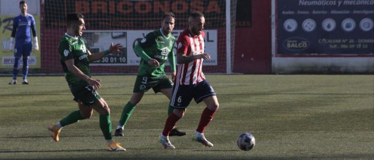 Yahvé conduce el balón ante dos futbolistas del Arenteiro.    // SANTOS ÁLVAREZ