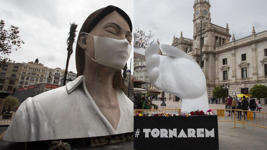 """Así estaba en 2020 y así estaba hoy la plaza del Ayuntamiento a la hora de la """"mascletà"""""""