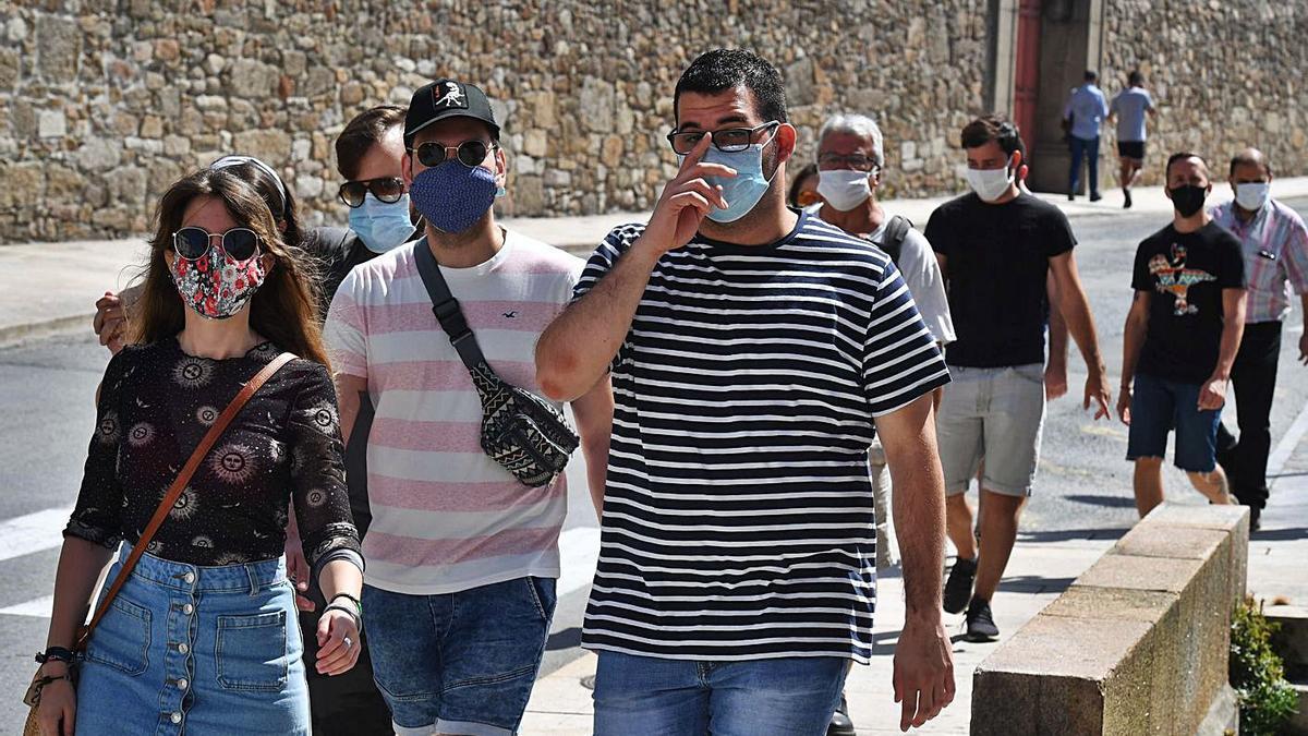 Imagen de archivo de un grupo de ciudadanos con mascarillas, de paseo por O Parrote coruñés.