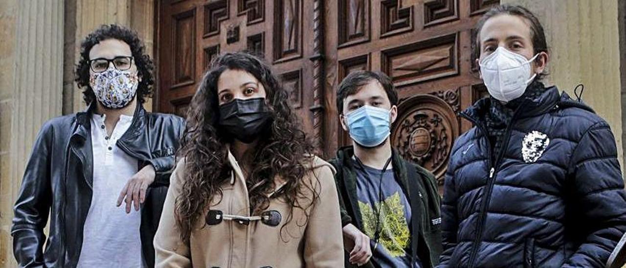 Javier Rodríguez, a la izquierda, junto a otros científicos afectados.  Julián Rus