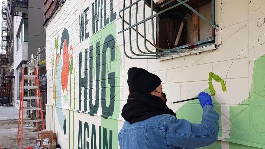 """""""Nos abrazaremos de nuevo"""", la llama del street art no se extingue en Nueva York"""
