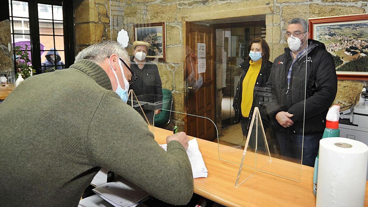 Los comerciantes entregaron  2.000 firmas en diciembre en  contra de las obras.    // BERNABÉ/J.L.