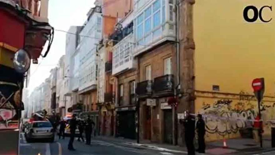 Un incendio, sin heridos, destroza un último piso en la calle Cordonería