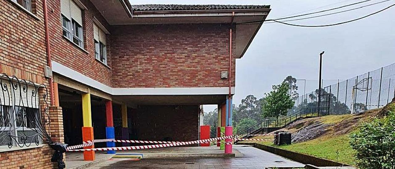 Colegio da Cruz con la zona de peligro delimitada.   | // D.P.