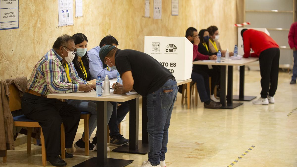 Los ecuatorianos residentes en la Región votan en la segunda vuelta de las elecciones de su país
