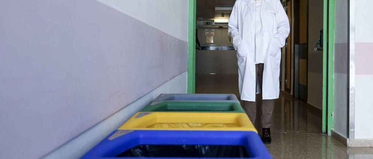 """María Jesús Rossell, junto a una """"isla"""" de contenedores en la cuarta planta de hospitalización del San Agustín."""