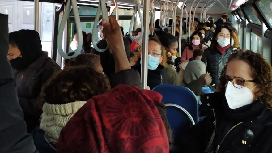 Interior de un bus de la L35 a las 8.20 horas