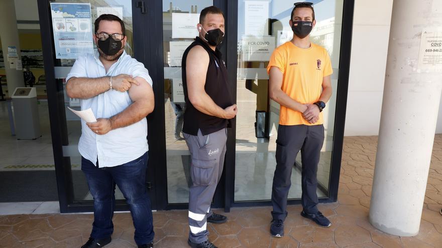 """Los malagueños se descubren el brazo ante AstraZeneca con confianza: """"Tengo más miedo al virus"""""""