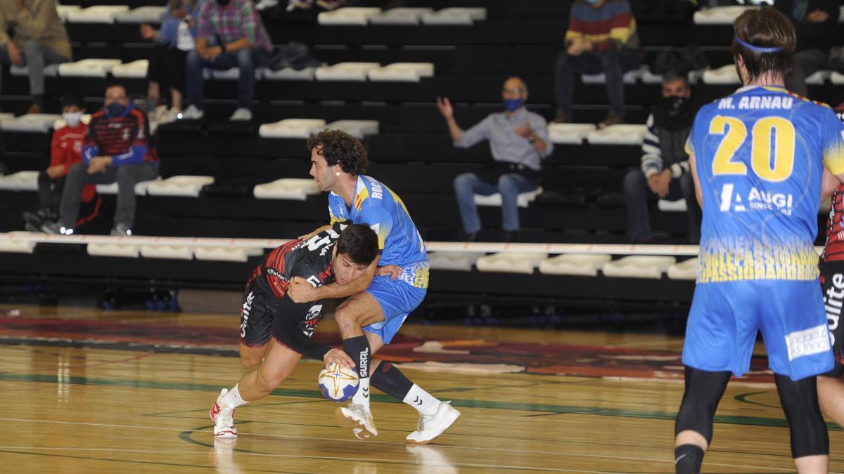 José Pedreira se faja con Segarra en un lance del Disiclín-Sarrià.