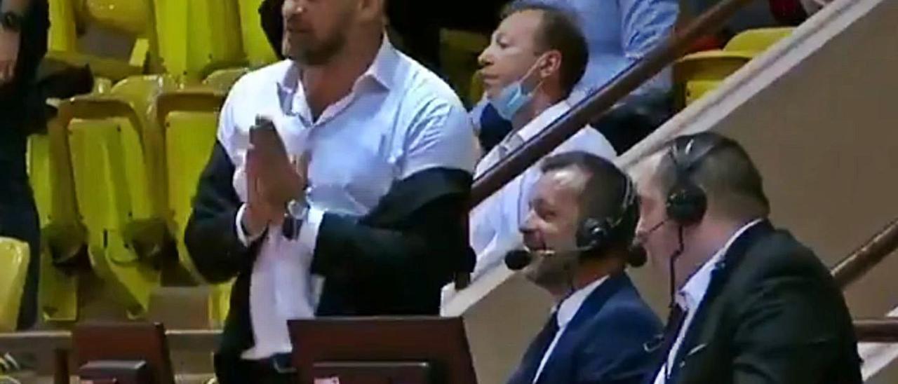 Mitrovic, con la chaqueta a medio quitar, habla con los comentaristas del Mónaco-Orleans del sábado, tras ser expulsado.     LP/DLP