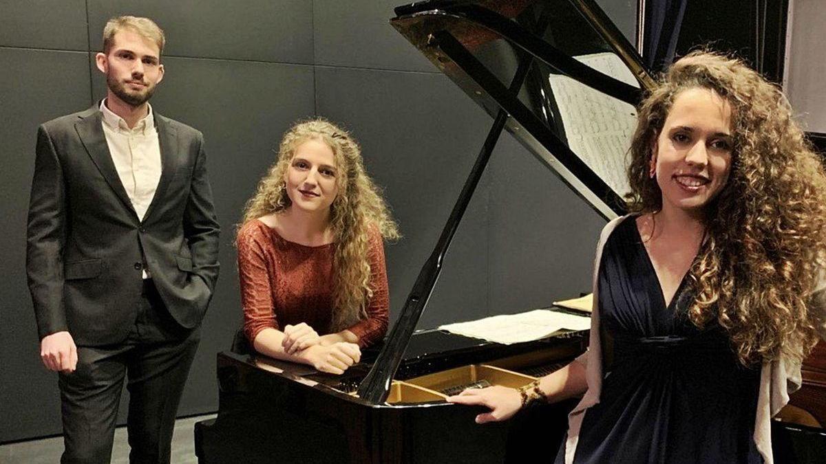 Los jóvenes zamoranos Mauro Pedrero, Sofía Merchán (con los brazos sobre el piano) y Adelaida Galán.