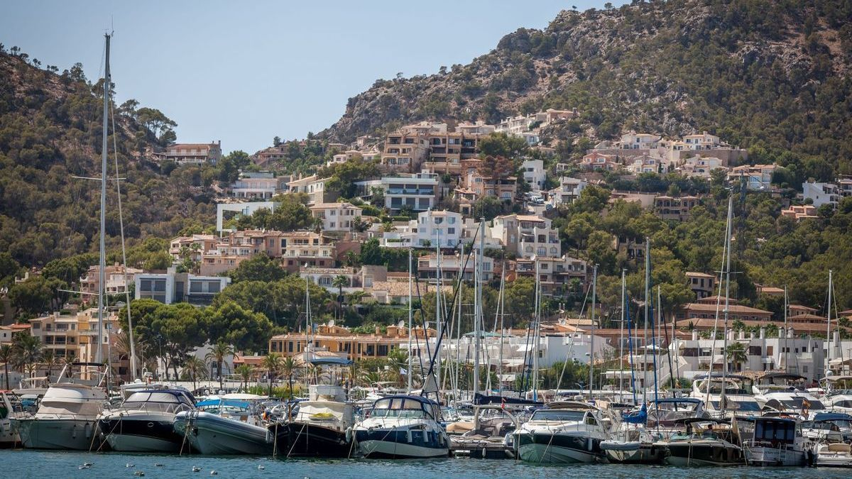 Blick auf Hafen und Villen in Port d'Andratx.