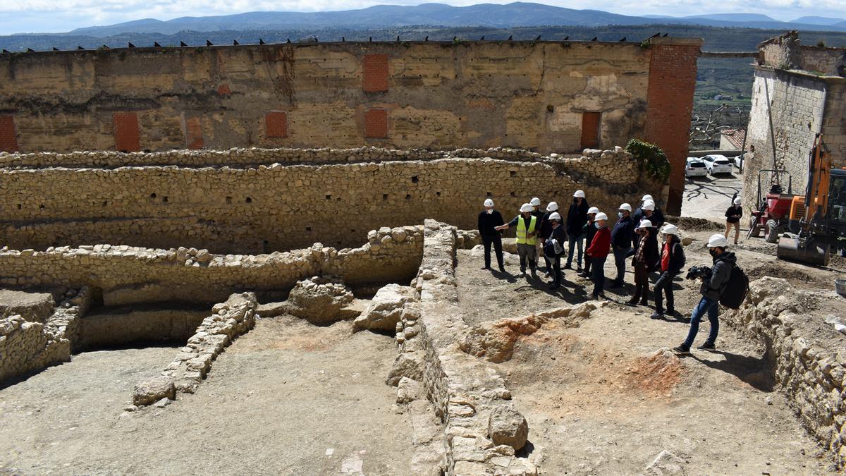 Un instante de la visita realizada por la Conselleria de Cultura y técnicos de Patrimonio y Turespaña a las obras arqueológicas del futuro Parador de Morella.