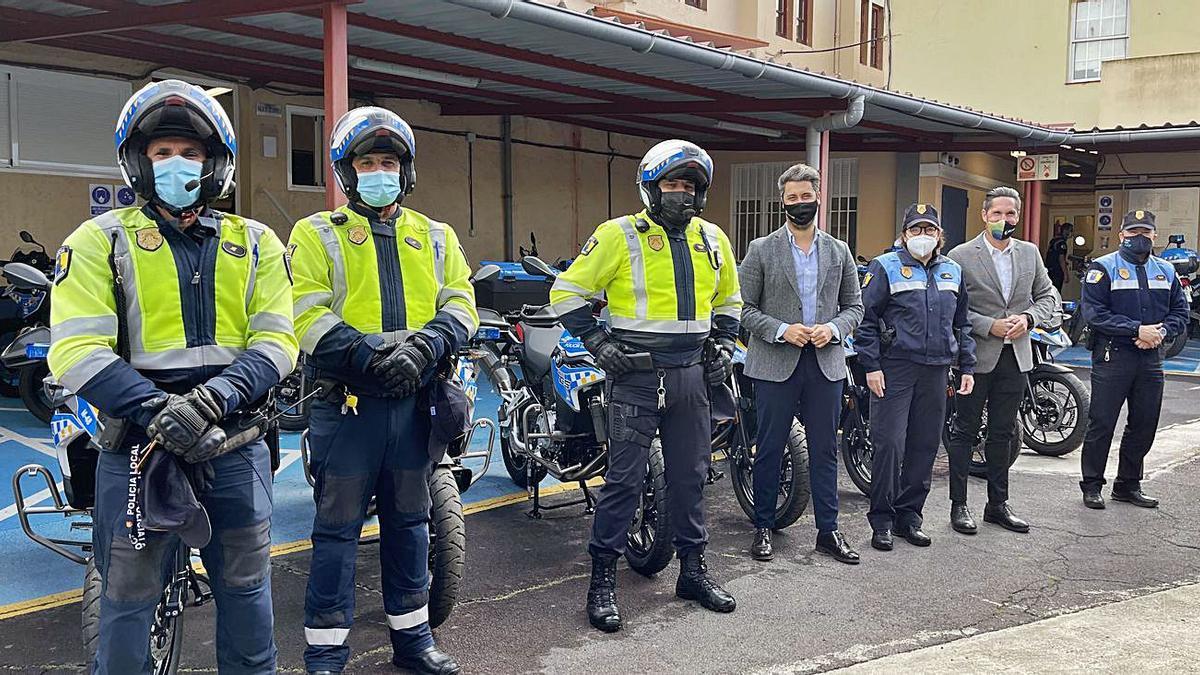 Luis Yeray Gutiérrez y Alejandro Marrero, ayer junto a cinco integrantes de la Policía Local de La Laguna.