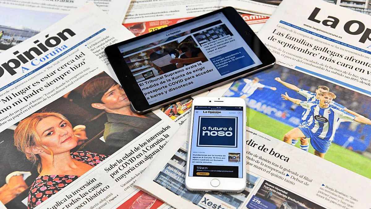 Dos dispositivos con la web de LA OPINIÓN sobre varios periódicos en papel. |   // CARLOS PARDELLAS