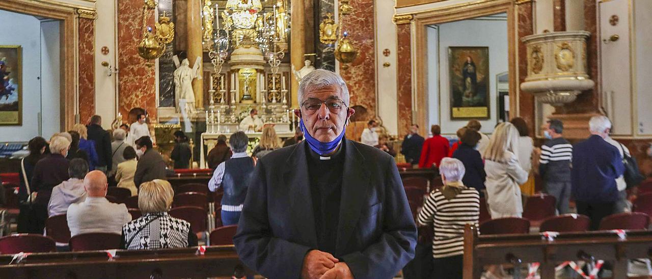 Jaime Sancho, con la  imagen de la Virgen en  el interior de la Basílica.  f.calabuig