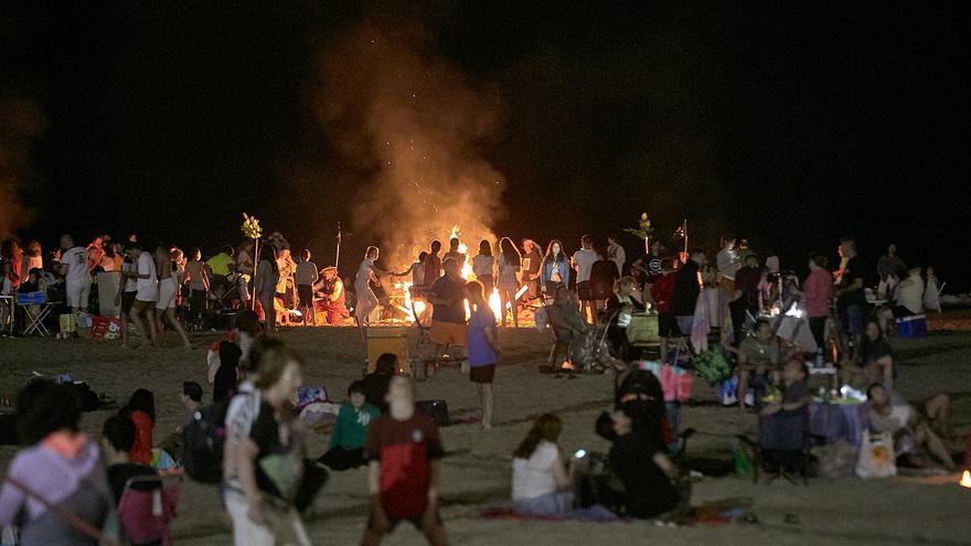 Gandia restringe el acceso a la playa la noche de Sant Joan