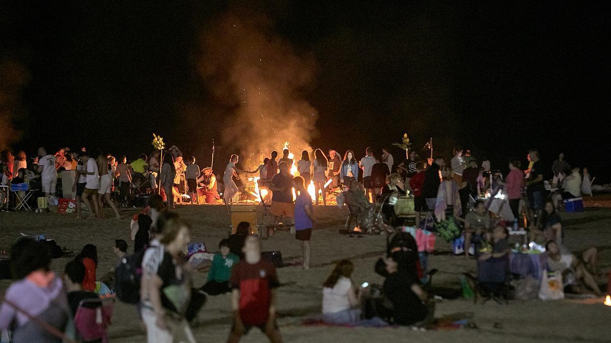 Una imagen de la playa de Gandia en la última noche de Sant Joan