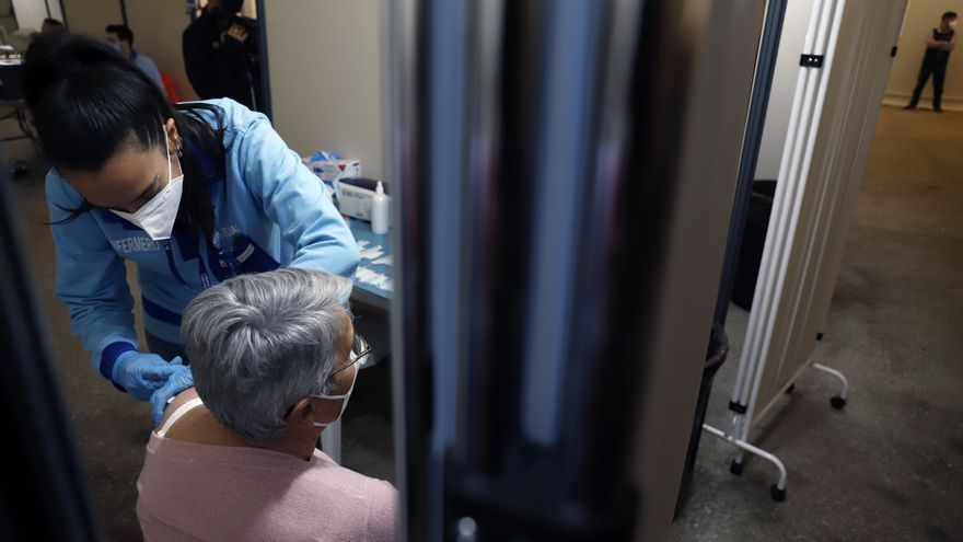 Castilla y León adelanta a las ocho semanas la vacunación con Astrazeneca para mayores de 60 años