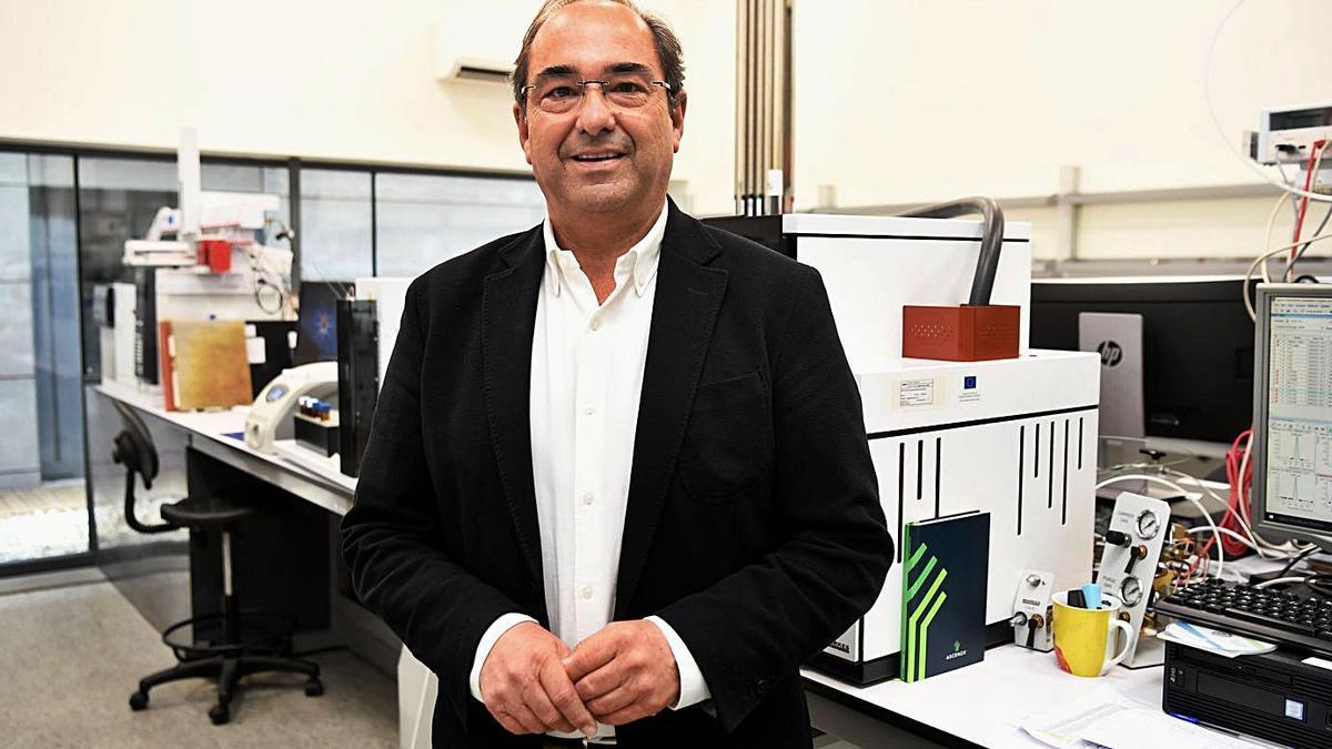 Lucas Blanes, en las instalaciones del Laboratorio de Medio Ambiente, con sede en A Coruña. |   // C. PARDELLAS