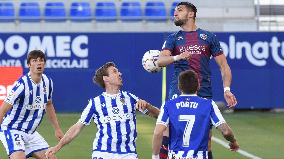 Rafa Mir se impone a los jugadores de la Real Sociedad