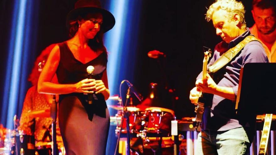 Bárbara Breva actúa con el guitarrista Fabián Barraza en el festival Bandera Blava de Almassora