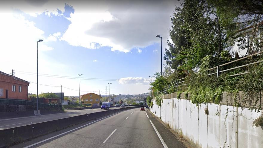 El choque entre un camión y dos turismos causa dos heridos en la A-55 en Porriño