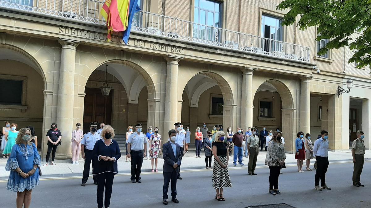 Minuto de silencio en la Subdelegación del Gobierno en Huesca.