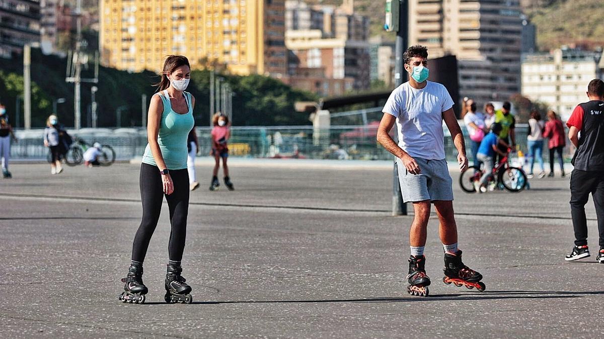 Una mujer y un hombre patinan este sábado por la avenida de Anaga, en Santa Cruz de Tenerife.
