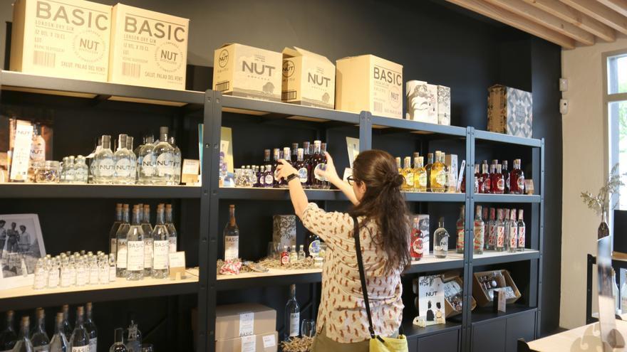 Una ginebra baix-empordanesa arrenca un negoci de destil·loturisme per promocionar l'entorn de la comarca
