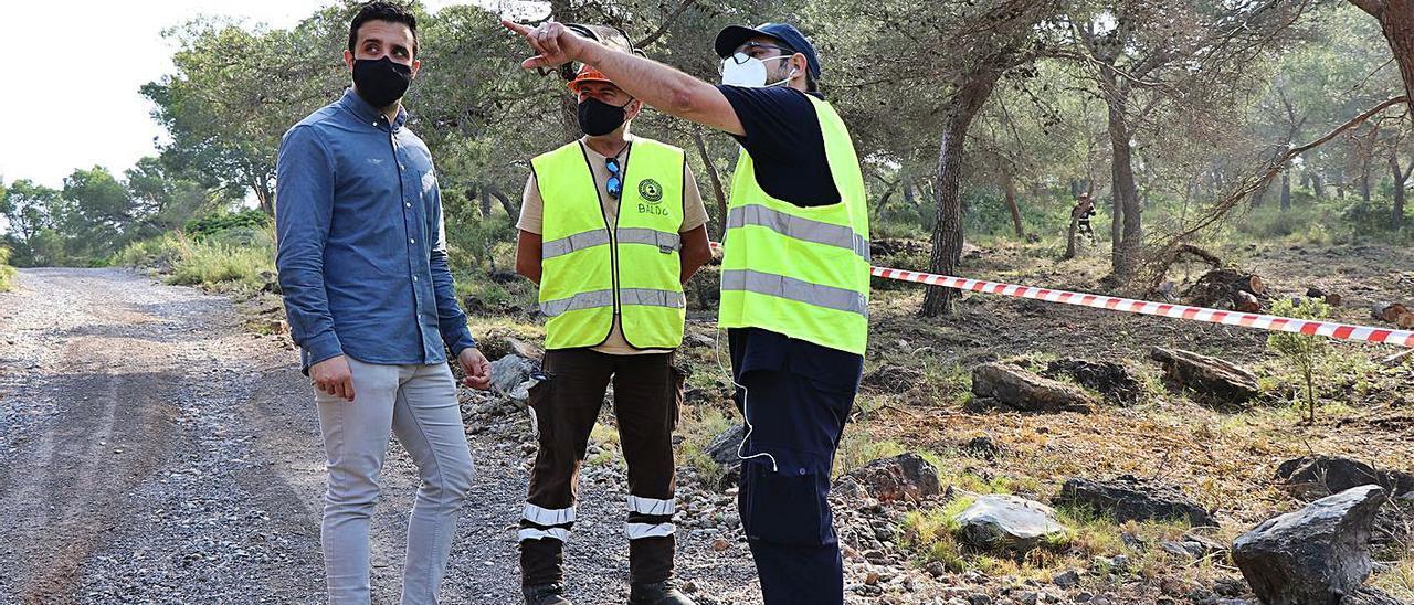 El alcalde visita los trabajos en la Montaña de Romeu.   LEVANTE-EMV