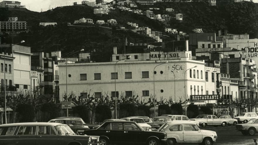 El Document del Mes de l'Arxiu de Roses presenta dues fotografies de l'estiu dels 70
