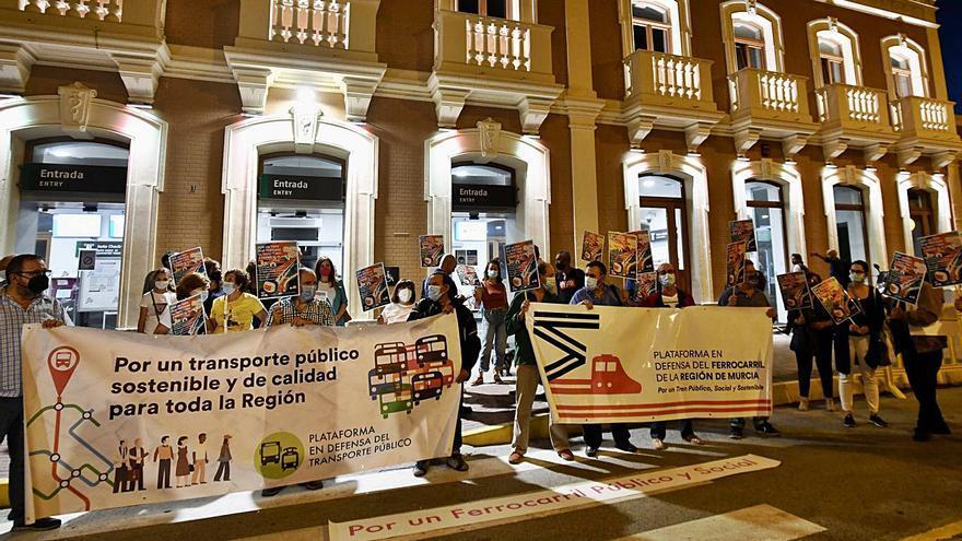 Nueva protesta por el cierre de las líneas de Cercanías ante la estación del Carmen